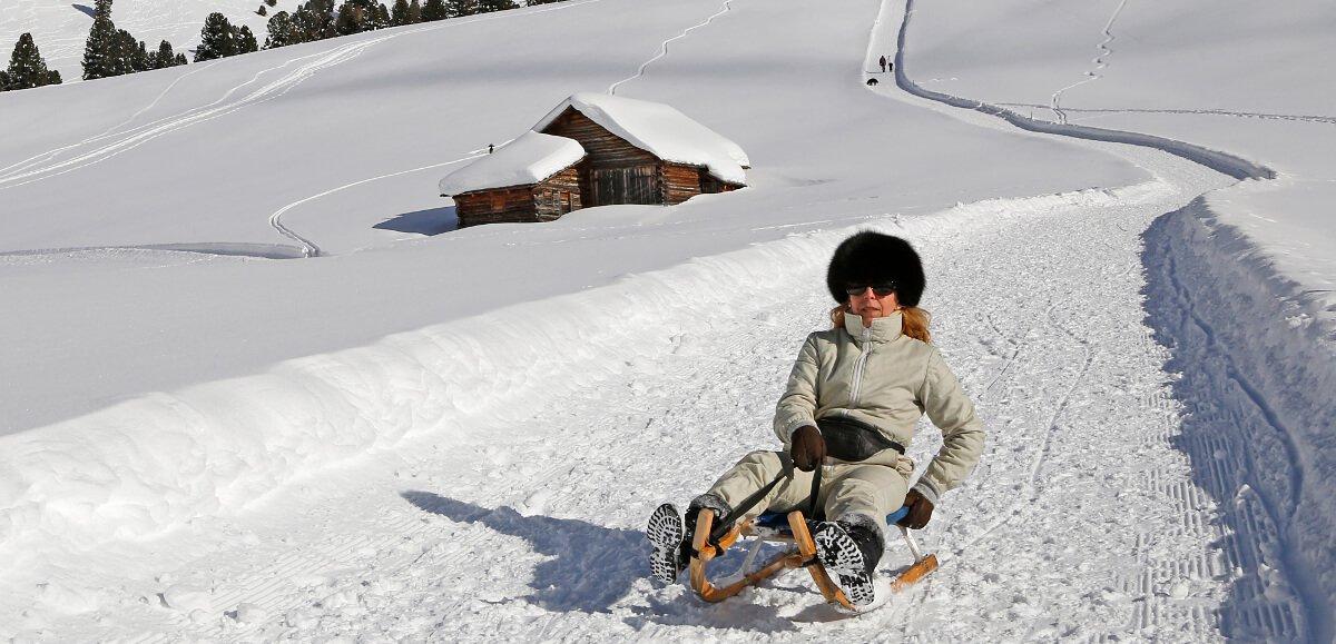 Divertimento sulla neve: cese in slittino